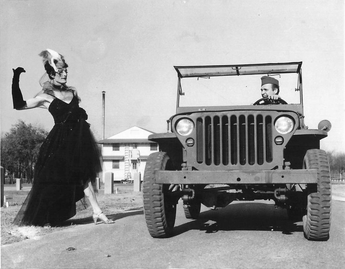 1942-11-24-jeep-man-dressed-as-woman2.jpg