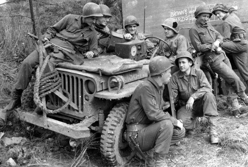 pic_ww2_men_around_jeep.bserz6oc3dc840k0co4ksw0cs.ejcuplo1l0oo0sk8c40s8osc4.th.jpeg