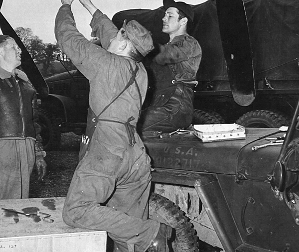 jeep with mechanics  1943 close .jpg